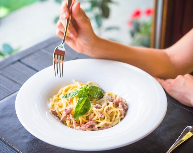Close-up, de, um, comer mulher, espaguete, com, garfo Foto gratuita