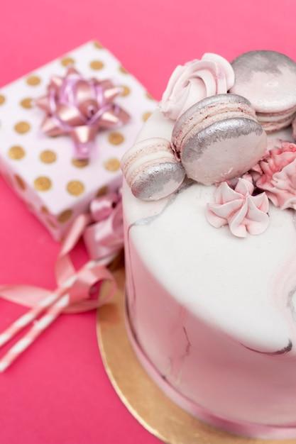 Close-up de um delicioso bolo de aniversário Foto gratuita