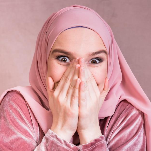 Close-up, de, um, excitado, mulher bonita, com, dela, mãos boca Foto gratuita