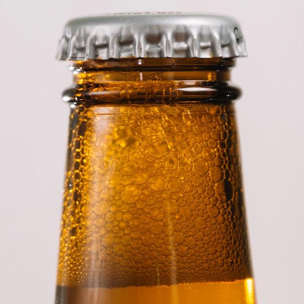 Close-up, de, um, garrafa cerveja, com, boné Foto gratuita