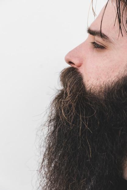 Close-up, de, um, homem barbudo, isolado, branco, superfície Foto gratuita