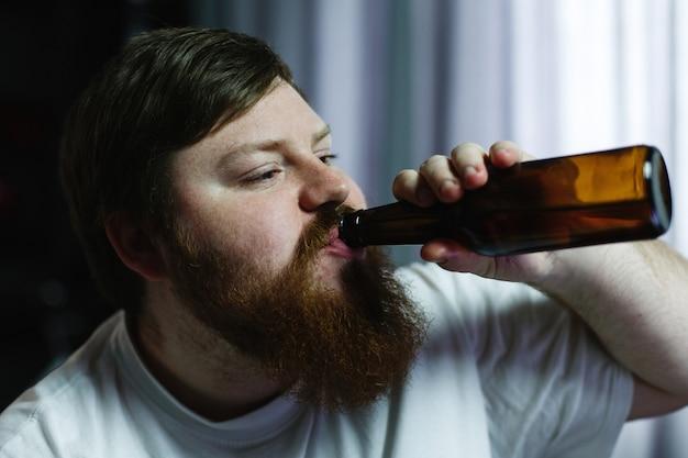 Close-up, de, um, homem gorducho, olhar, feio, enquanto, ele, bebidas, cerveja Foto gratuita