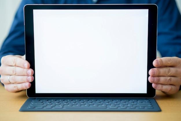 Close-up, de, um, homem negócios, mão, com, tablete digital, mostrando, em branco, tela branca Foto gratuita