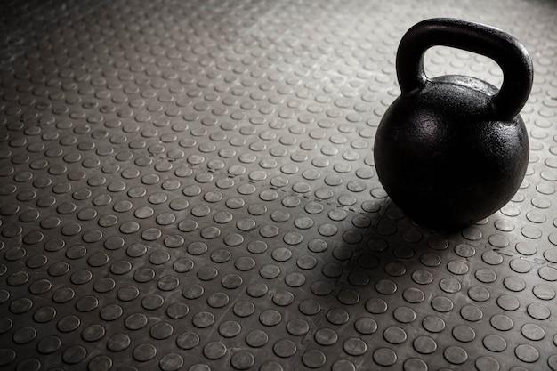 Close up de um kettlebell no ginásio crossfit Foto Premium