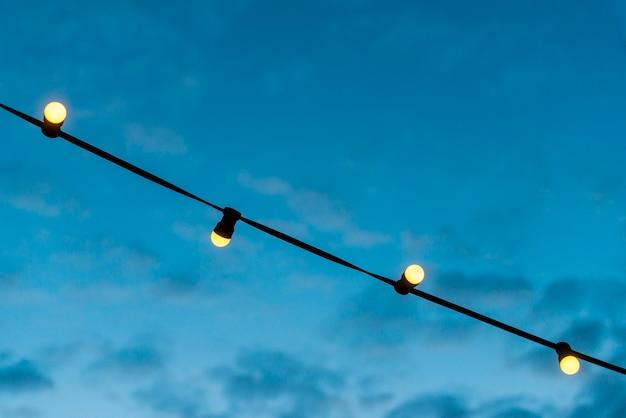 Close-up, de, um, luzes, cadeia, com, céu azul Foto gratuita