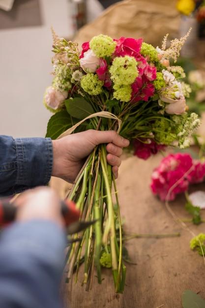 Close-up, de, um, macho, floricultor, corte, a, caule, de, buquet, com, tesouras poda Foto gratuita