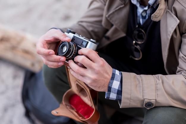 Close-up, de, um, macho, hiker, ajustar câmera Foto gratuita