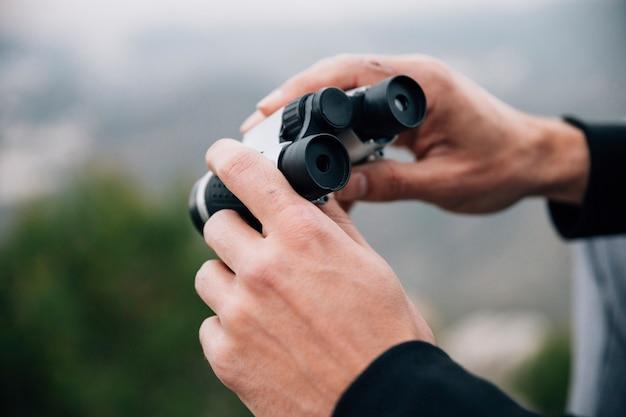 Close-up, de, um, macho, hiker, segurando, binocular, em, mão Foto gratuita