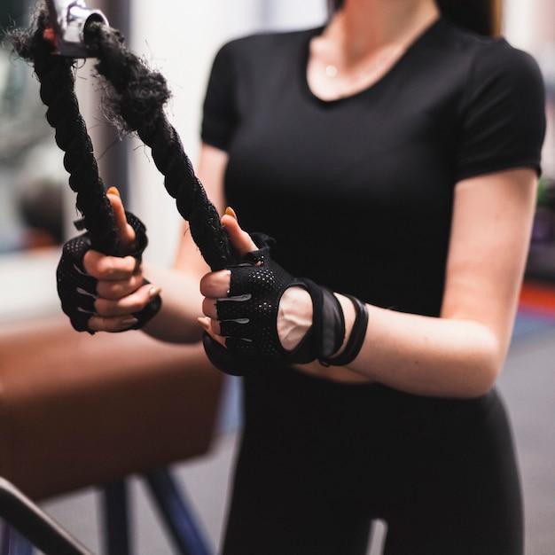 Close-up, de, um, mão mulher, fazendo, triceps, exercício Foto gratuita
