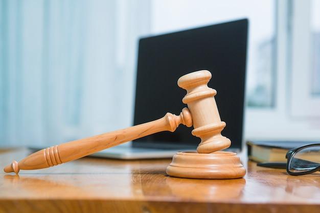 Close-up, de, um, martelo madeira, escrivaninha, em, courtroom Foto gratuita