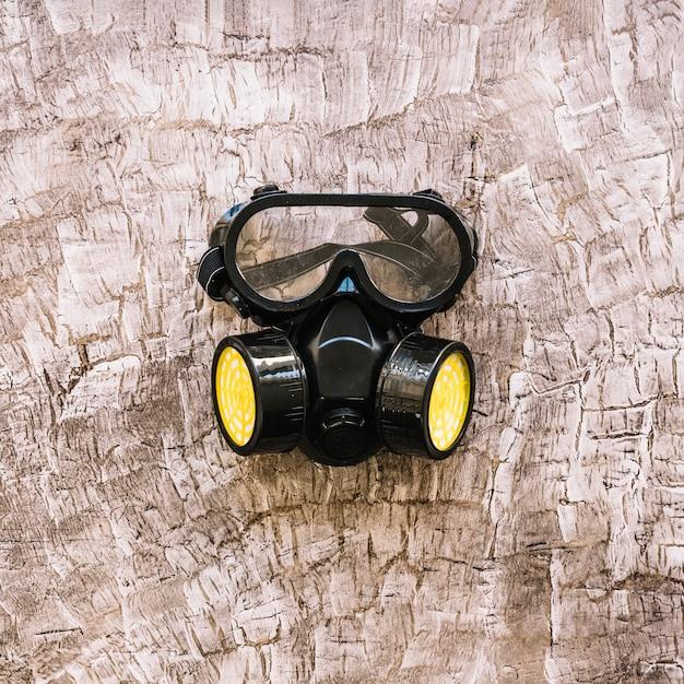 Close-up, de, um, máscara gás, ligado, madeira, superfície Foto gratuita