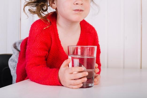 Close-up, de, um, menina, com, vidro água Foto gratuita