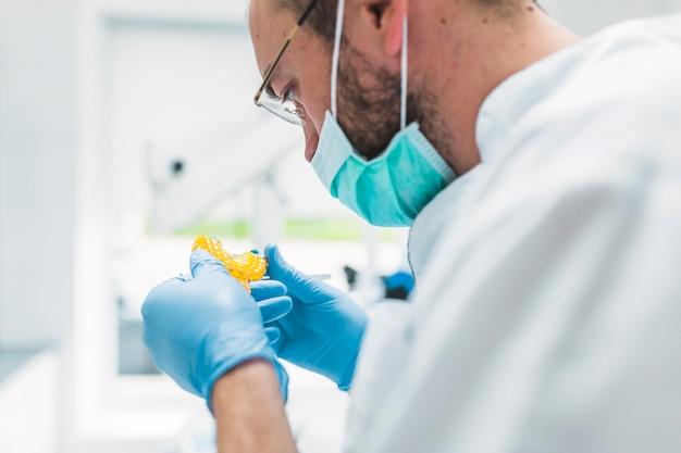 Close-up, de, um, odontólogo, olhar, impressão dental, em, clínica Foto gratuita