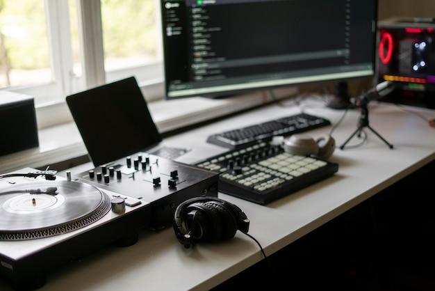 Close-up de um pequeno estúdio de produção musical, toca-discos, mixer de bateria midi e microfone Foto Premium