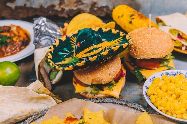Close-up, de, um, pequeno, mexicano, chapéu, ligado, fresco, hambúrguer Foto gratuita