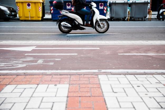 Close-up, de, um, pessoa, montando, a, bicicleta, ligado, estrada Foto gratuita