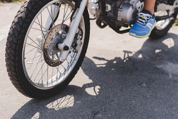 Close-up, de, um, pessoa, montando, motocicleta Foto gratuita