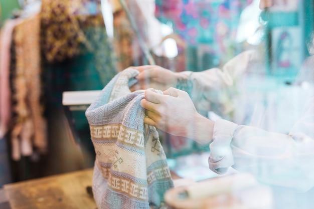 Close-up, de, um, pessoa, passe segurar, roupas, visto, através, vidro, em, a, loja Foto gratuita