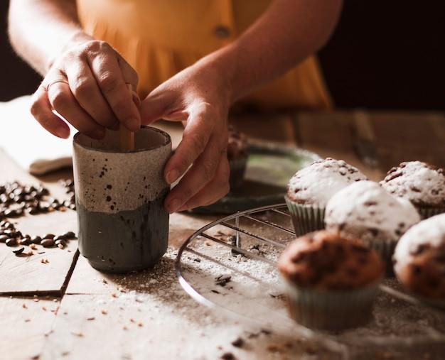Close-up, de, um, pessoa, preparar, cupcake Foto gratuita
