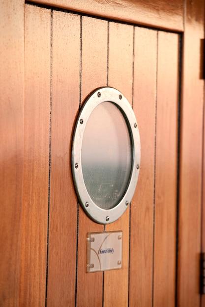 Close-up, de, um, porta, janela, em, navio cruzeiro, sombra prata, mar china oriental Foto Premium