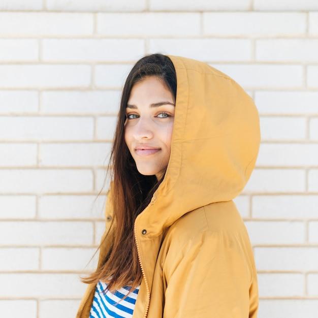 Close-up, de, um, sorrindo, bonito, mulher jovem Foto gratuita