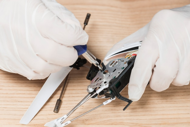 Close-up, de, um, técnico, mão, reparar, computador, partes Foto gratuita