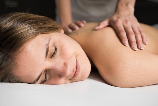 Close-up, de, um, terapeuta, mão, dar, massagem, para, bonito, mulher jovem, em, spa Foto gratuita