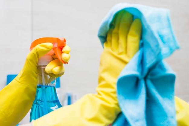Close-up, de, um, zelador, mão, limpeza, espelho, com, detergente, e, pano Foto gratuita