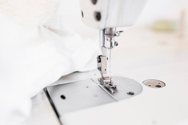 Close-up de uma agulha de máquina de costura Foto gratuita