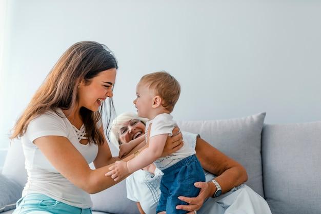 Close up de uma família geracional juntos em sua sala de estar em casa Foto Premium