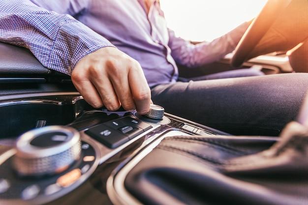 Close-up de uma mão masculina em um carro moderno Foto Premium