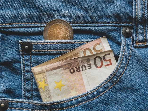 Close up de uma nota de 50 euros no bolso Foto Premium