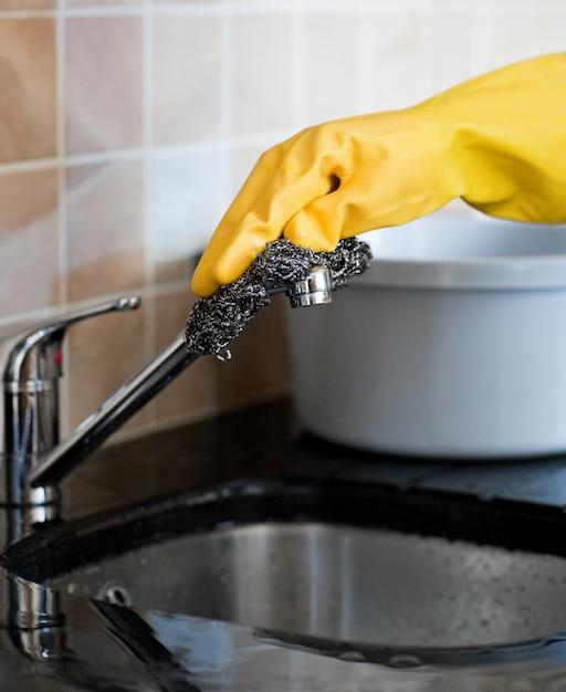 Close-up de uma pessoa que limpa uma cozinha Foto Premium