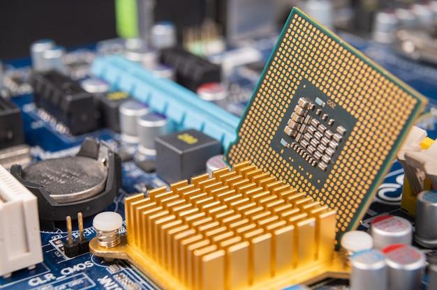 Close-up de uma placa-mãe do computador, conceito da indústria de computadores. Foto Premium
