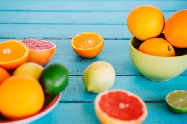 Close-up de várias frutas cítricas no topo da mesa de madeira Foto gratuita