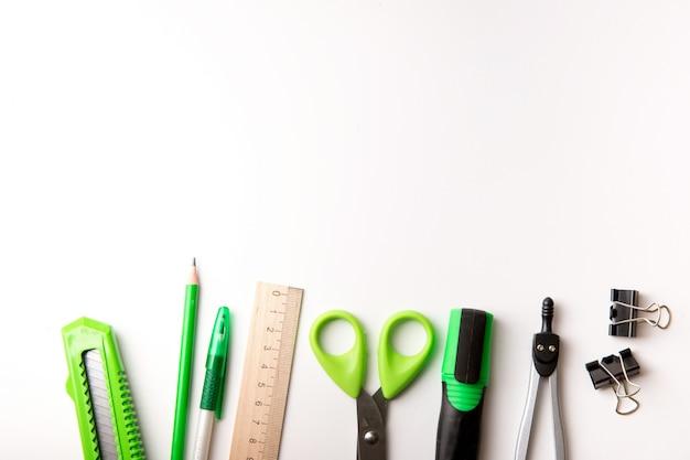 Close-up de vários itens de escola Foto Premium
