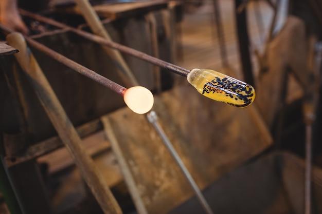 Close-up de vidro fundido em uma zarabatana Foto gratuita