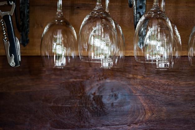 Close-up de vinho de luxo vazio e óculos de champanhe pendurados no restaurante. Foto Premium