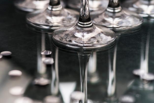 Close-up, de, wineglasses, base, refletir, ligado, tabela Foto gratuita