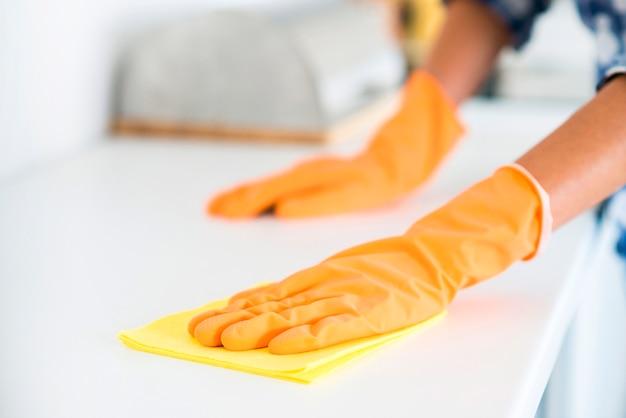 Close-up, de, woman's, mão, toalhetes, branca, tabela, com, amarela, guardanapo Foto Premium