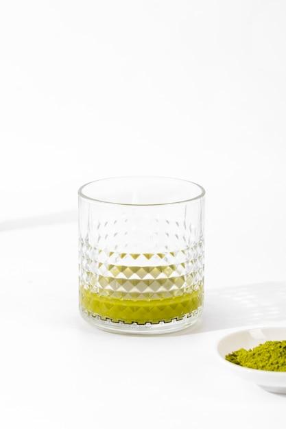Close-up delicioso copo de chá matcha Foto gratuita