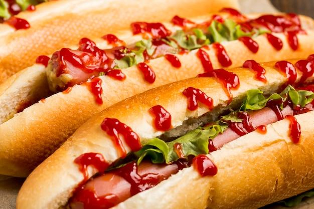Close-up deliciosos cachorros-quentes com ketchup Foto gratuita