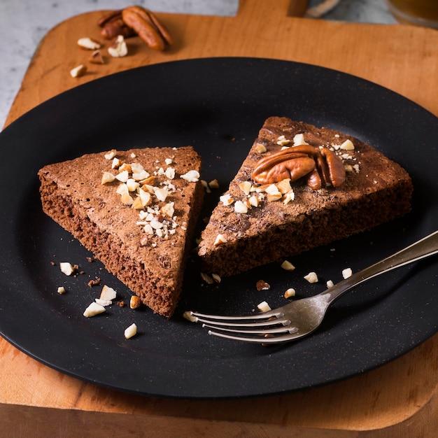 Close-up deliciosos pedaços de bolo prontos para serem servidos Foto gratuita