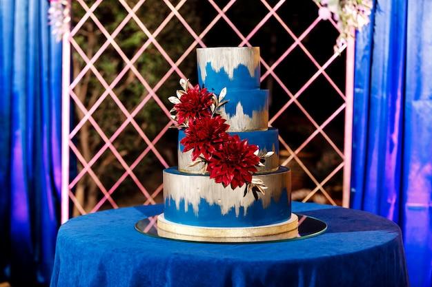 Close up do bolo de casamento branco com flores. grande bolo de casamento. tendências de decoração. cerimônia de casamento. Foto Premium