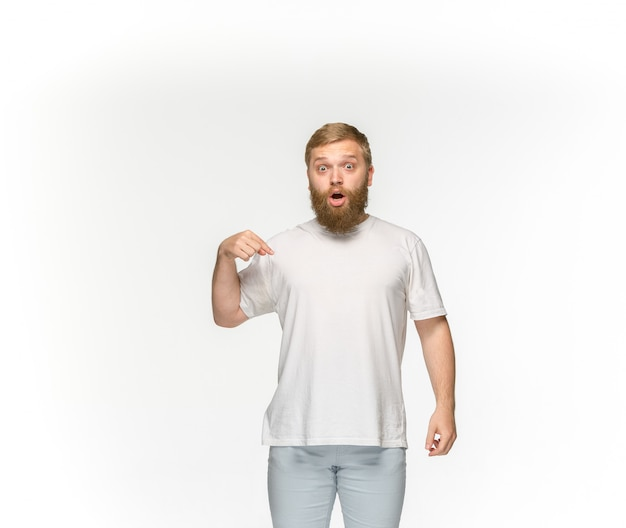 Close up do corpo de homem novo no t-shirt branco vazio isolado no espaço em branco. mock-se para disign conceito Foto gratuita