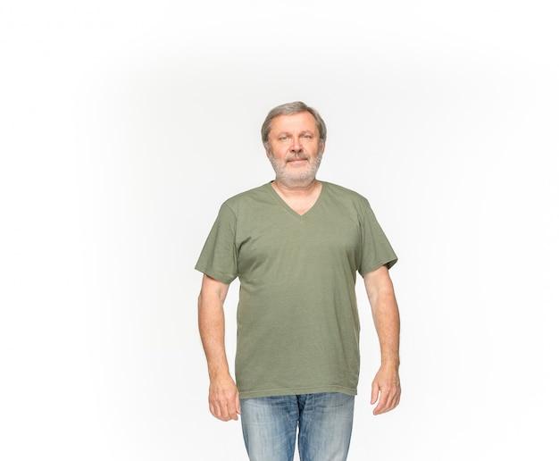 Close up do corpo do homem sênior no t-shirt verde vazio isolado no fundo branco. mock-se para disign conceito Foto gratuita