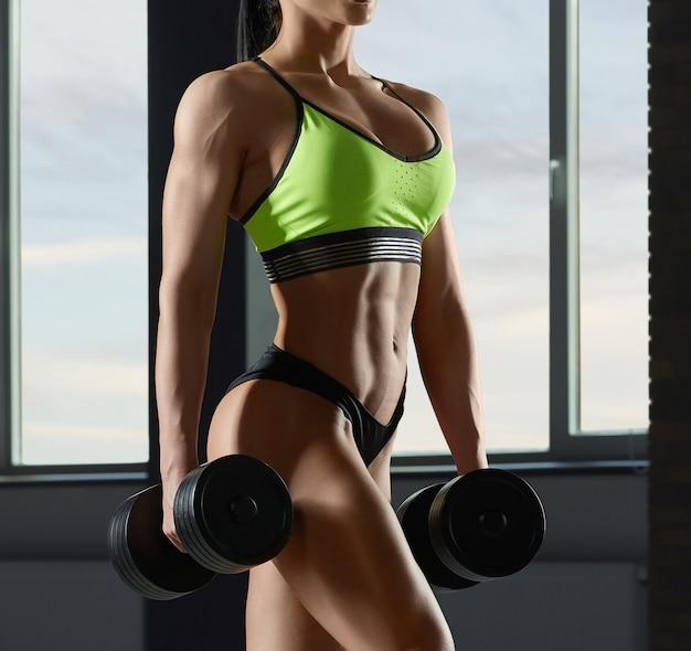 Close-up do corpo do modelo forte ajuste com músculos Foto Premium