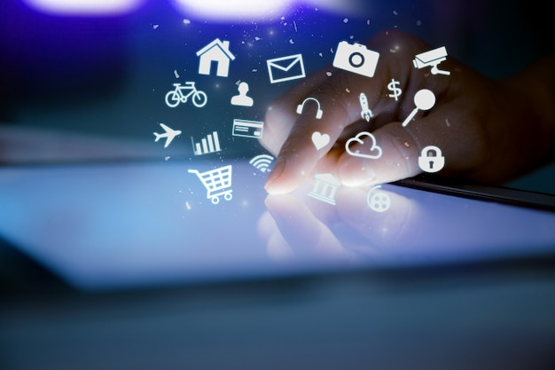 Close-up do dedo tocando tablet digital com o ícone do aplicativo Foto Premium
