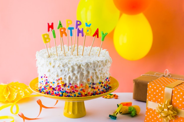 Close-up do delicioso bolo de aniversário com acessórios Foto gratuita