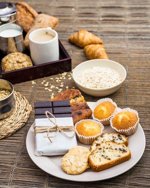 Close-up do delicioso café da manhã saudável no placemat Foto gratuita